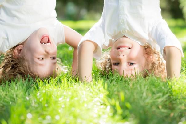 niños haciendo yoga - autismo